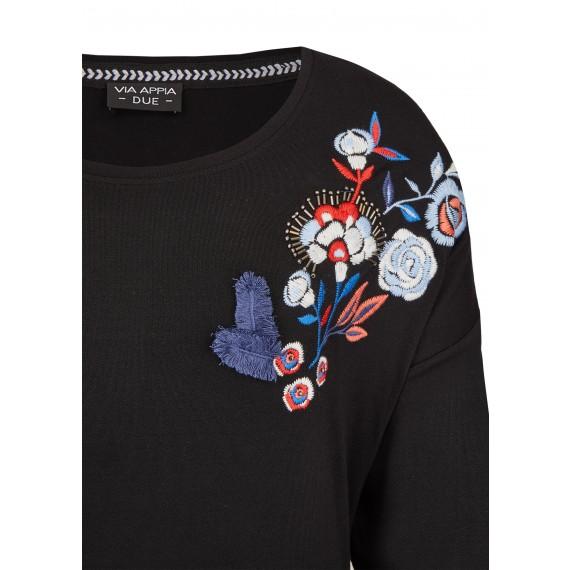 Feminines Shirt mit Stickereien /